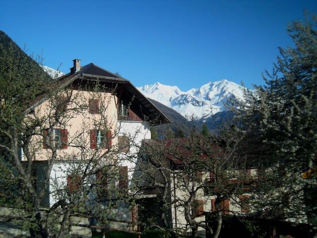 La casa del melo antico.Stanza privata accogliente - Ossana - Hus