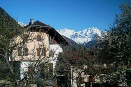 La casa del melo antico.Stanza privata accogliente - Ossana - Huis