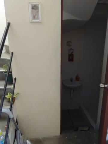 Escalera y baño 1er piso