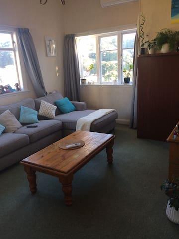 Great sunny single bedroom to enjoy summer