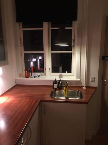 Hyggelig to-værelses lejlighed, central beliggende
