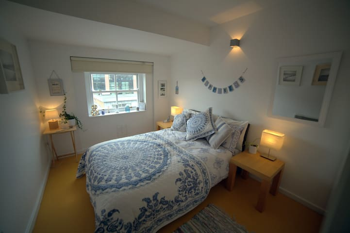 Stunning bright double room with built-in-wardrobes.