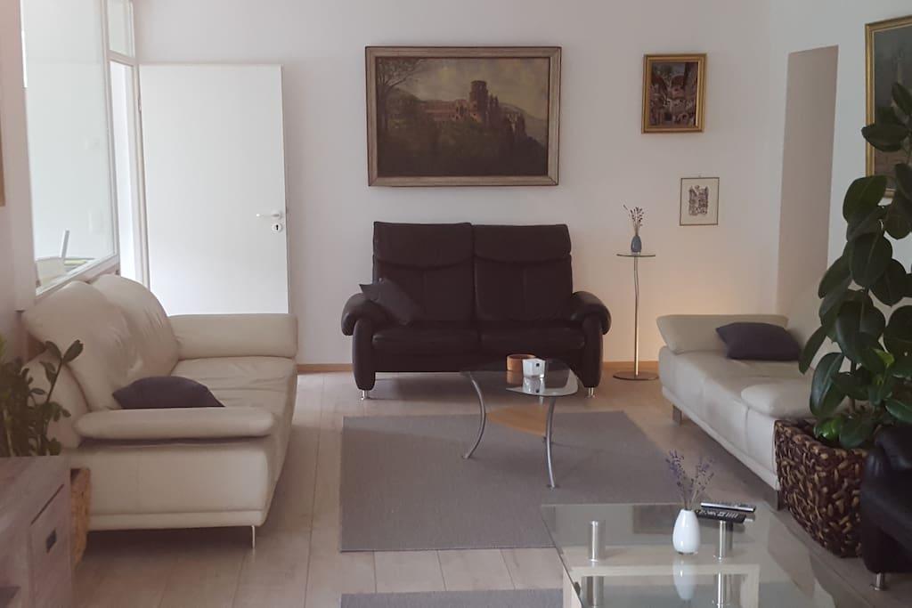 Wohnzimmer, links zur Küche und Essplatz, rechts zu den Schlafräumen 2 und 3