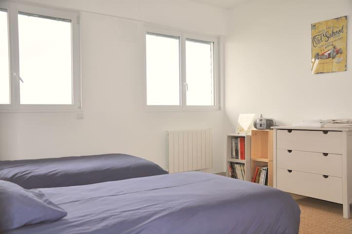 Chambre 4 disposant de 2 lits simple en 90 cm est plus petite mais dispose  de 2 fenêtres sur la mer et accès à une salle de bain avec baignoire