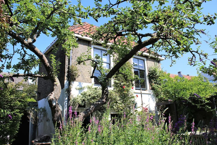 Apple Tree Cottage - charming canalhouse in garden