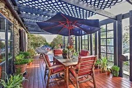 Eclectic 2BR Benicia House w/Mtn & Water Views - Benicia - Maison