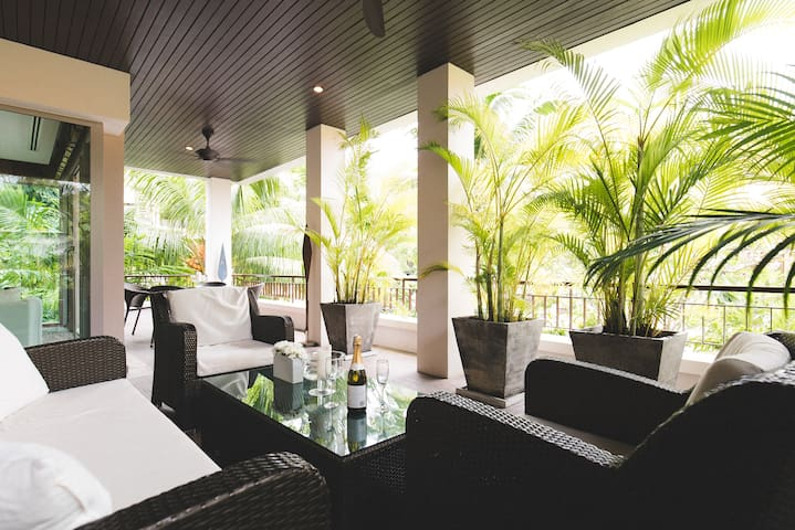 Tropical Modern 2 Bedroom Walk to Beach