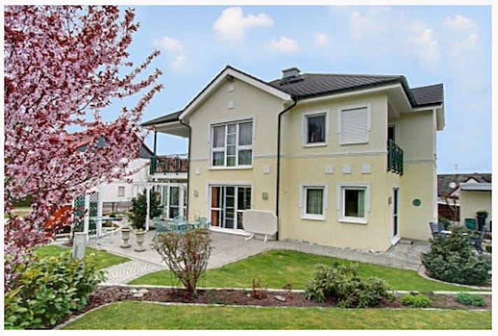 Traumhafte Villa im Grünen - Marburg - Flat