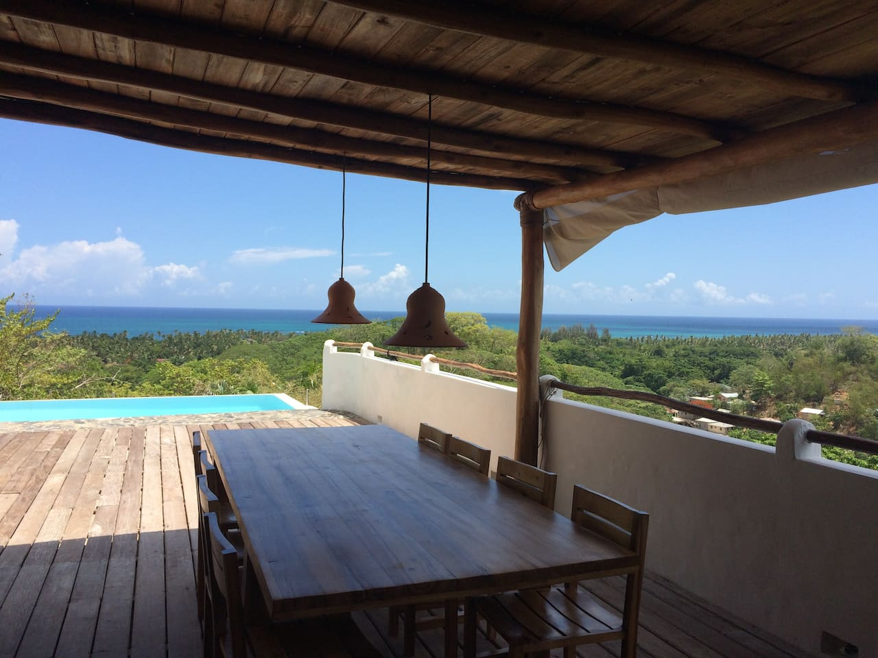 A big dinner table for friends and family with a beautiful view to the sea