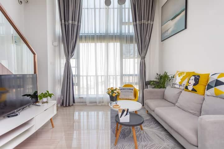 简约风大型落地窗白色曼纱Loft复式公寓