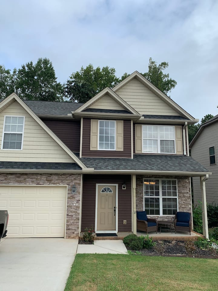 5 BR modern home mins to downtown, pets welcome