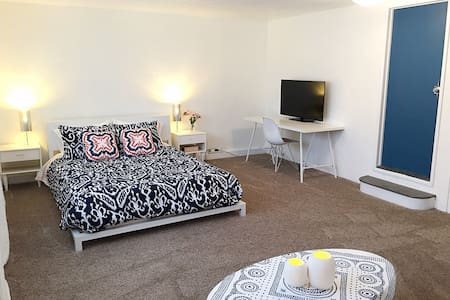 Big Bright Guesthouse-Fabulous location! - Los Angeles