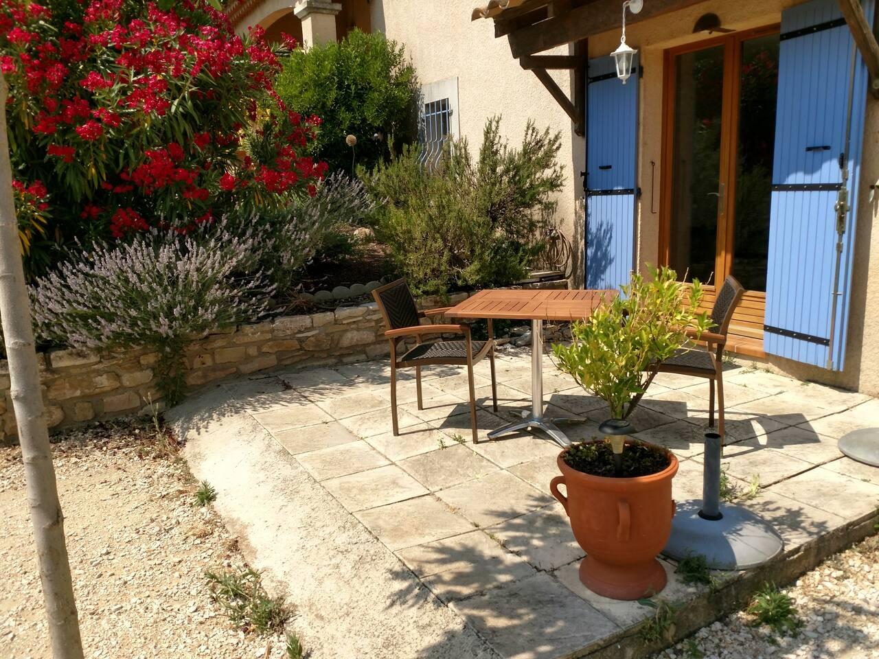 Petite terrasse qui sent bon la lavande, le romarin et laurie