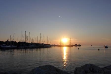 1 min from the marina and 5 min from the beach - Červar-porat