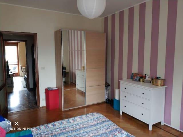 Ampia camera con balcone privato.