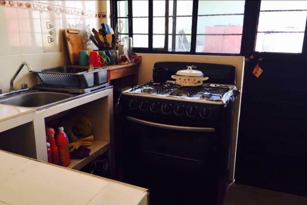 La estufa esta como nueva y tenemos muchos utensilios de cocina para que puedan prepararse cómodamente sus alimentos.