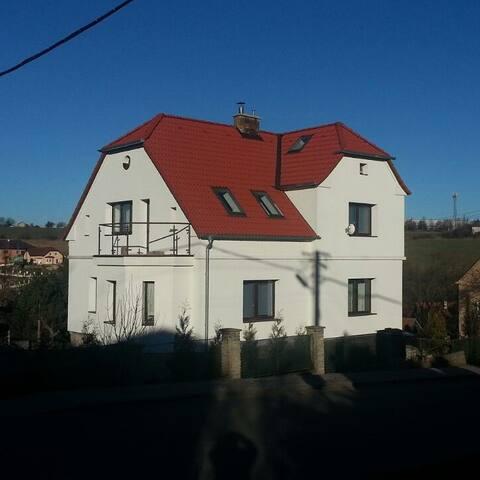 2 ком. 45м2, в уютном доме у Праги