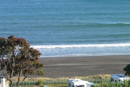 49 on Jans. A beach homestay bed & breakfast - Oakura - Bed & Breakfast