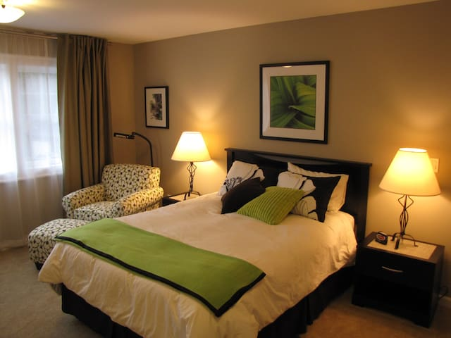 Queen Bed With Ensuite & Continental Breakfast!