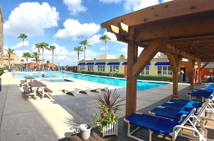 GORGEOUS BEACHSIDE CONDO W/HUGE POOL+HOT TUBS!!
