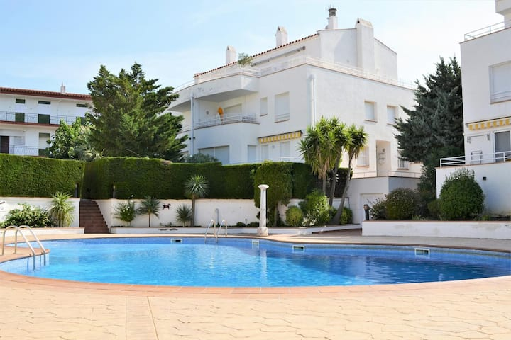Cosy apartment whit community pool near the beach!