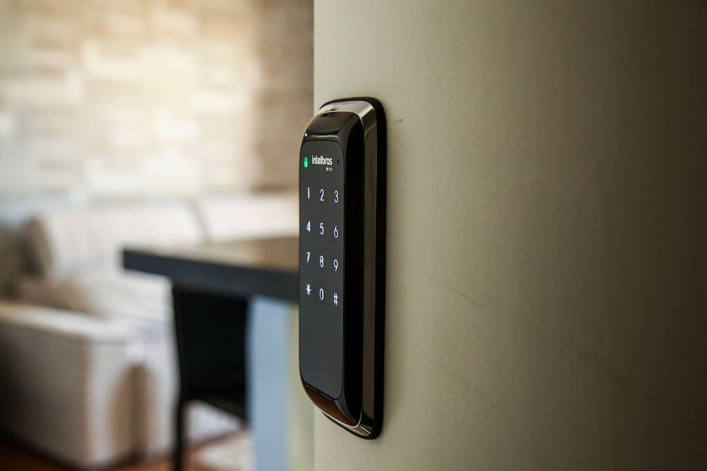 Com a fechadura eletrônica sua chave é uma senha de 4 dígitos.