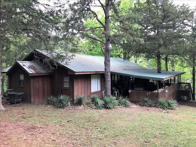 Beaver Lake Hide Away Cabin, lake front with waterfall, two bedrooms