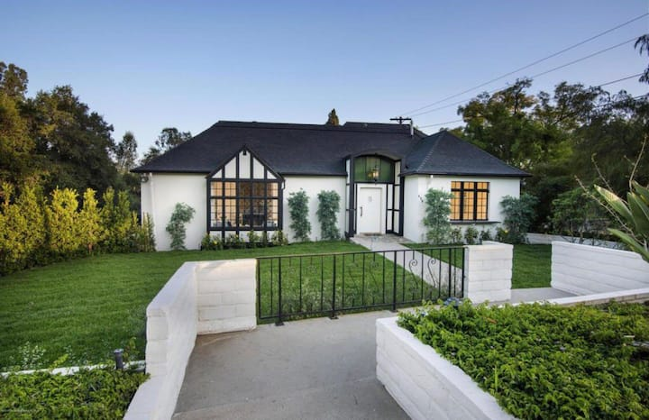1920s Pasadena Cottage Steps from RoseBowl w/ Pool