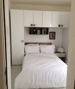 White Room w Ensuite Bath in a Sunny Modern Apt - 塔斯-斯利馬