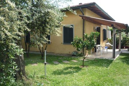 Villetta dei limoni - Capanne-Prato-Cinquale - Huis
