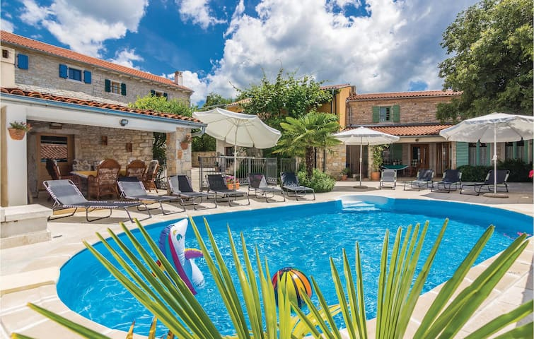 Holiday cottage with 5 bedrooms on 230 m² in Burici