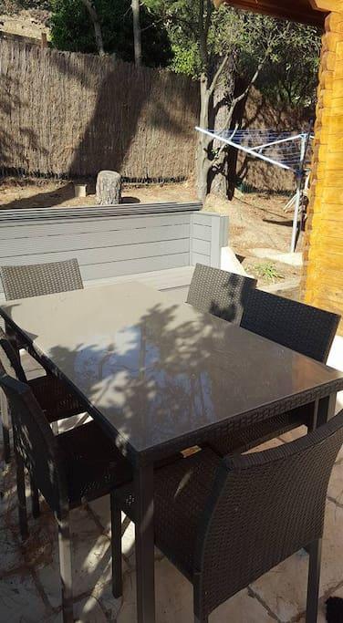 Terrasse extérieure + canapé extérieur avec coussins.