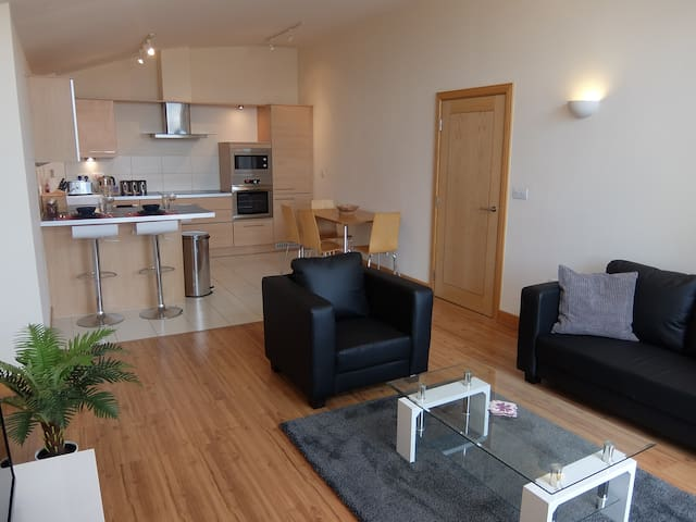 Hampton Court 1 bedroom apartment opposite station - East Molesey - アパート