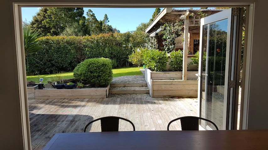 Peaceful family retreat in lovely Laingholm