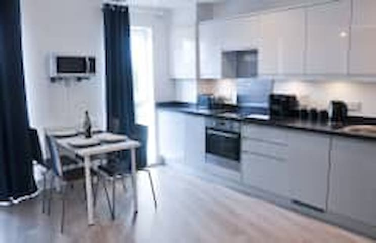 Luxury City Waterside Apartment 1 with Parking