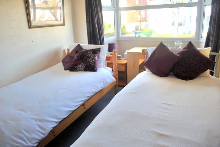 Camera a due immersa nel verde - Birmingham - Bed & Breakfast