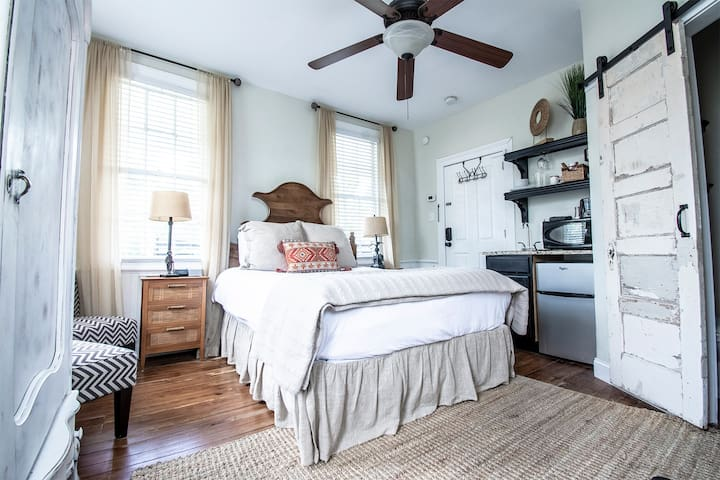 Charming Downtown Charleston Suite with Queen Bed, Near Dining and Shopping