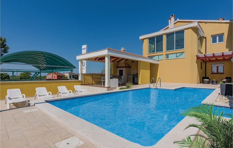 Holiday apartment with 2 bedrooms on 93 m² in Zminj