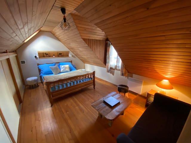 Chambre avec lit 2 places et coin canapé