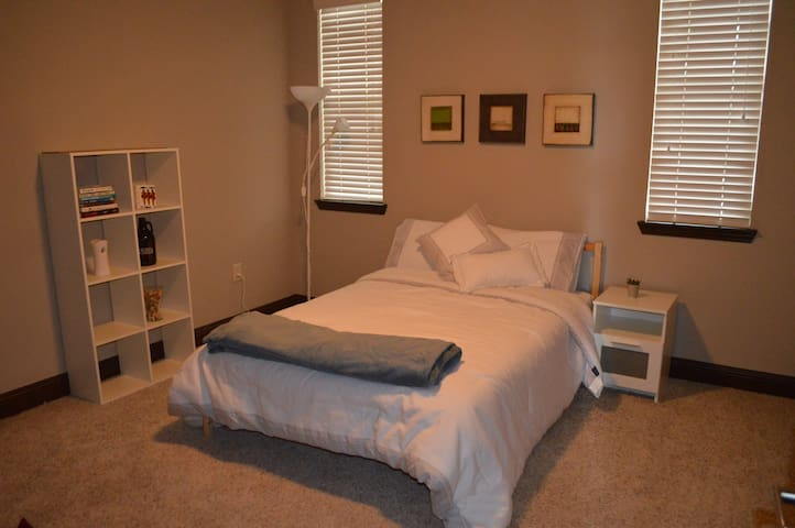 Private bedroom/bath in Southend, Charlotte