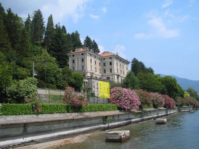 Residenza storica fronte lago immersa nel verde