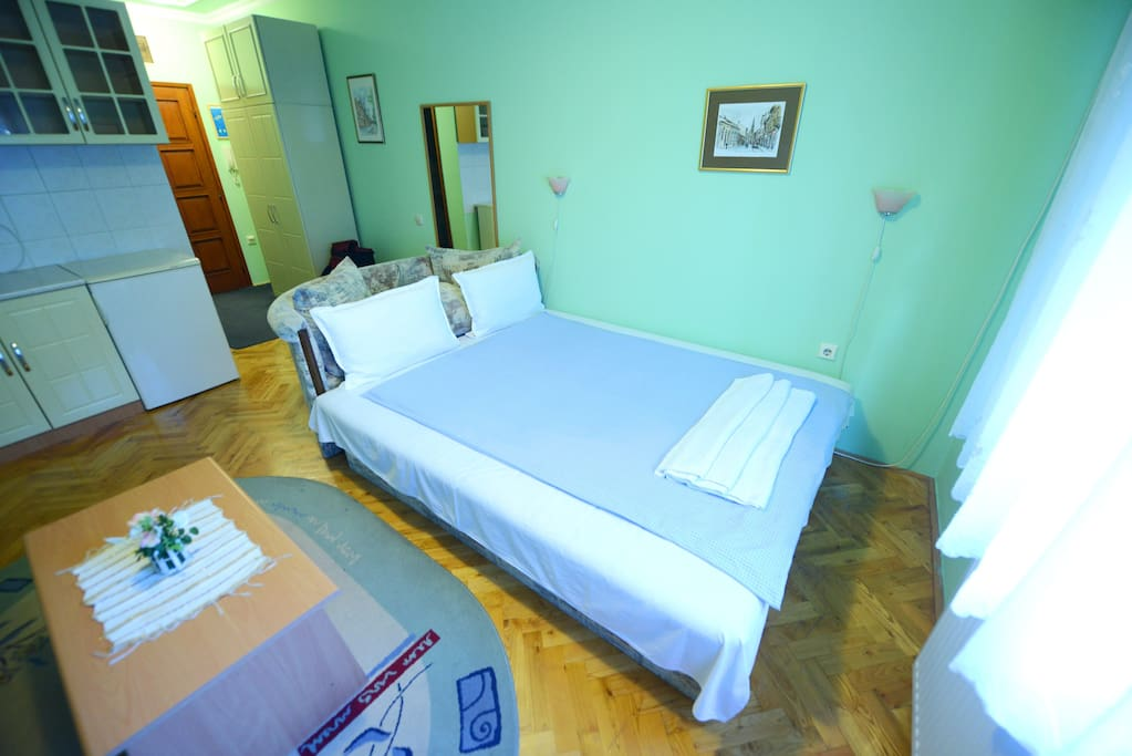 Tulip Apartment - Large Double bed