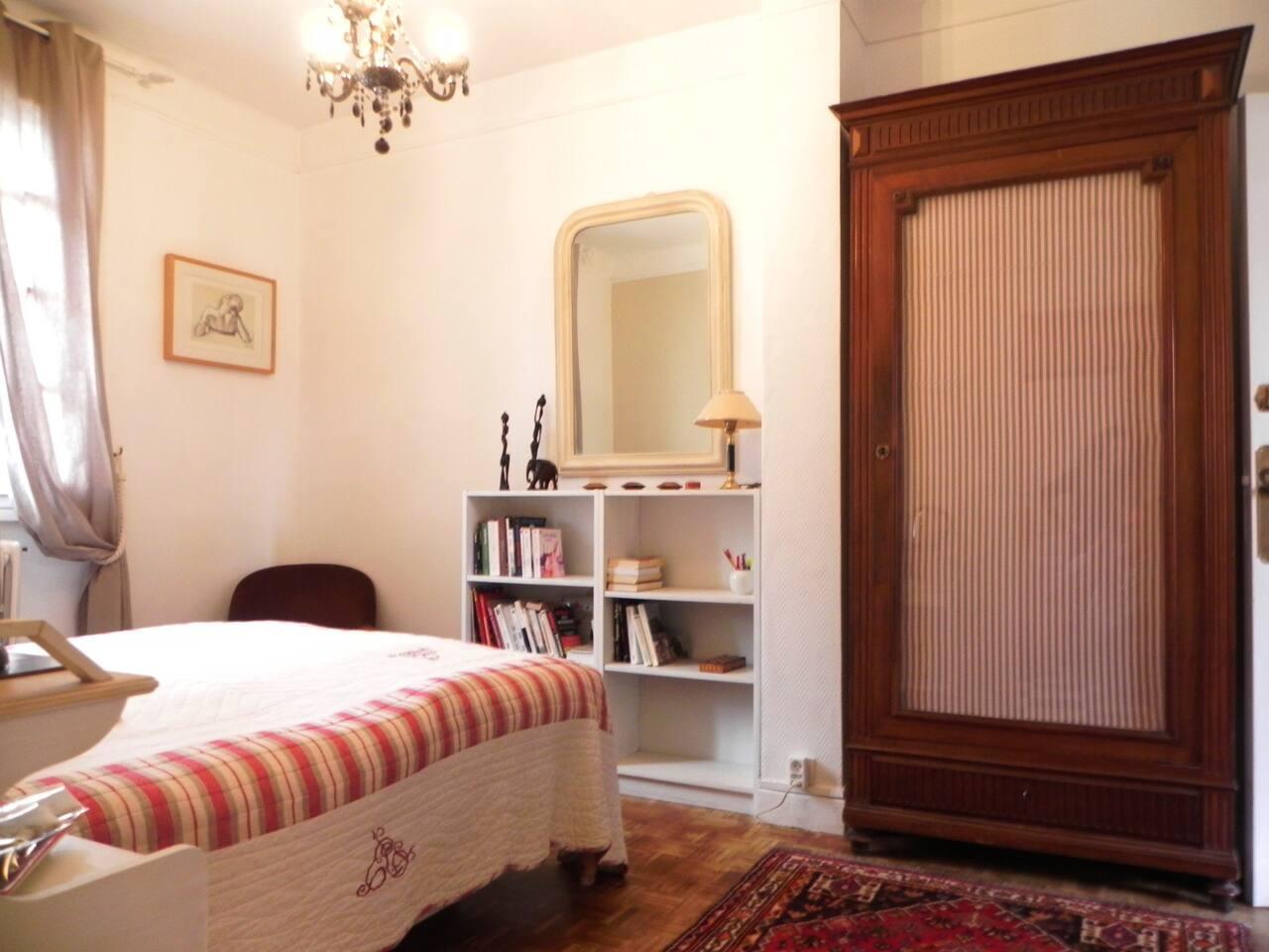 Chambre spacieuse avec fenêtre donnant sur cour ce qui préserve du bruit du quartier