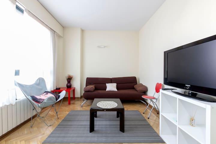 Espacioso centrico piso con piscina 2habit apartamentos for Restaurantes con piscina en comunidad de madrid