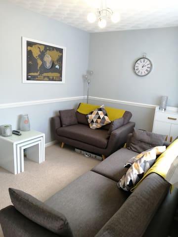 Cosy 2 bedroom flat close to A30