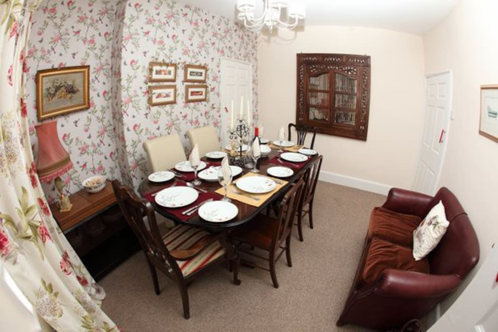 Spacious dining room, seating 6. Lovely lit for relaxing dinners at the end of the day!