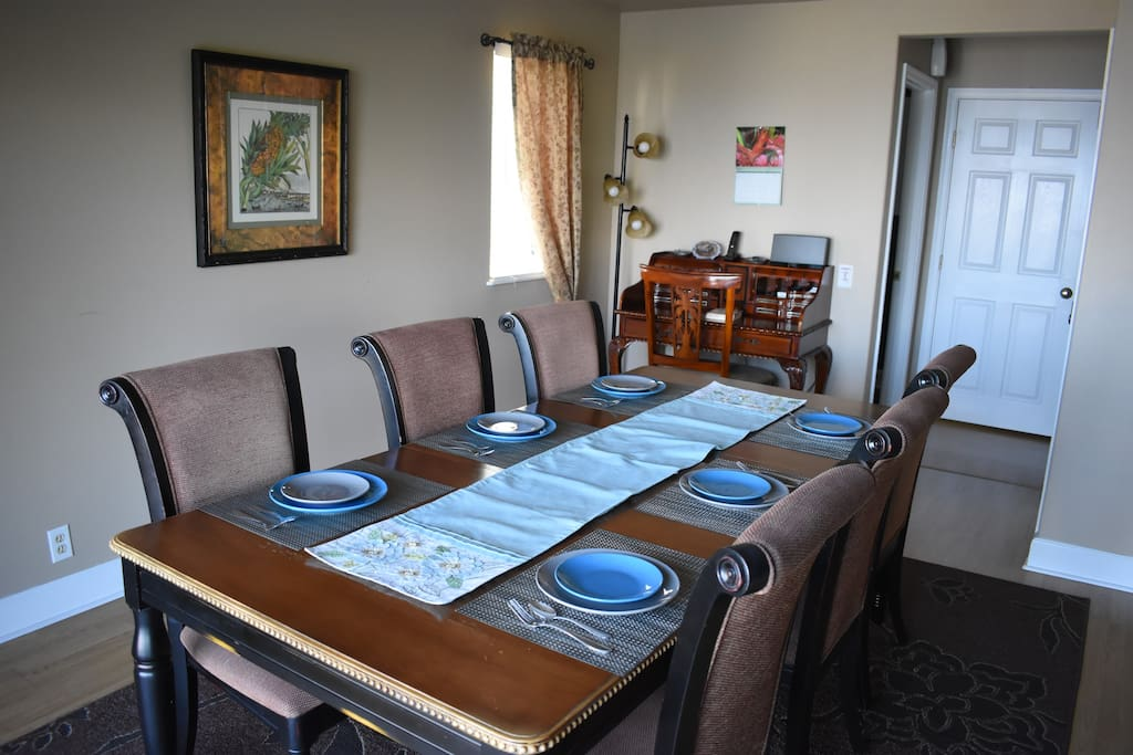 Dinning room table for 6, can add additional chairs on ends to seat 8. See the cute desk.