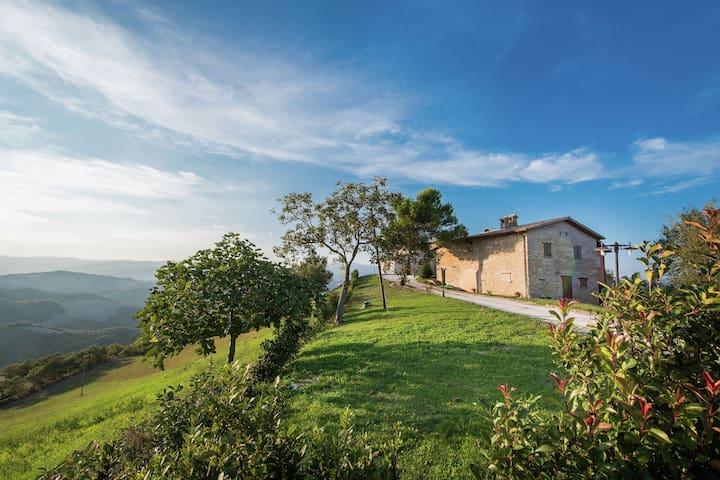 Borgo mit Minipool im Apennin, unberührte Natur, herrliche Aussicht