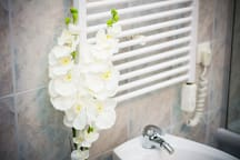 ALWAYS SPARKLING CLEAN BATHROOM WITH A NICE TOUCH