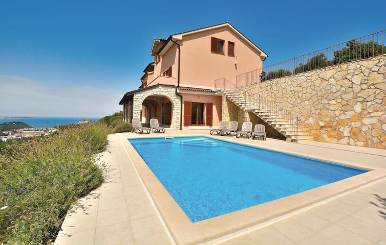 Holiday cottage with 6 bedrooms on 300 m² in Portoroz